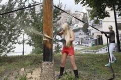 Naga członkini Femenu ścięła w Kijowie drewniany krzyż