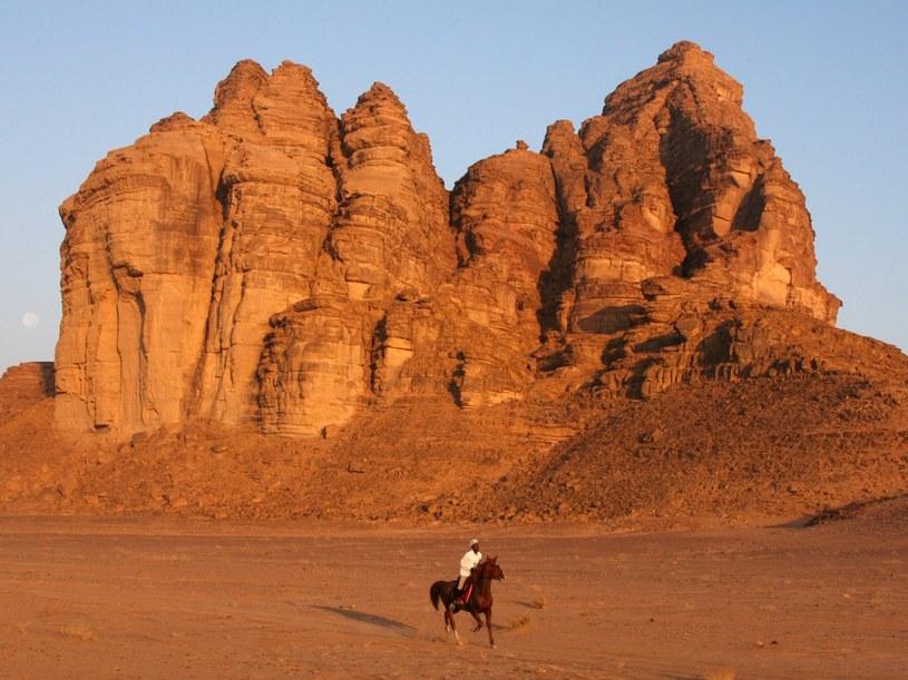 Nagie skały wyrastające z piasku, często ozdobione tajemniczymi inskrypcjami - Wadi Rum  /AFP