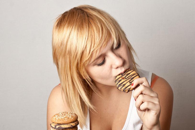 Nagła ochota na zjedzenie przekąski to często głód emocjonalny /123RF/PICSEL