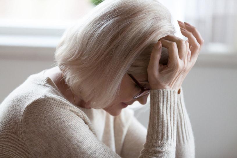 Nagły i silny ból głowy może świadczyć o pęknięciu tętniaka /123RF/PICSEL