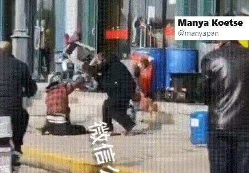 Nagranie, na którym widać mężczyznę bijącego żonę na ulicy /Twitter