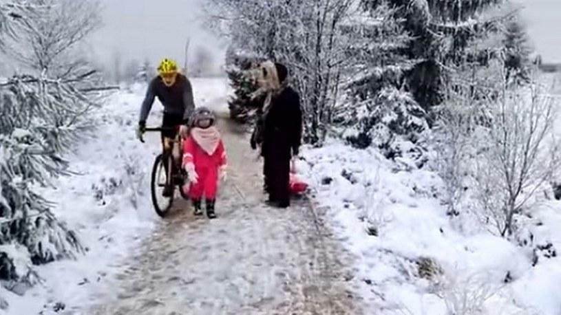 Nagranie rowerzysty kopiącego dziewczynkę wywołało oburzenie. /YouTube /