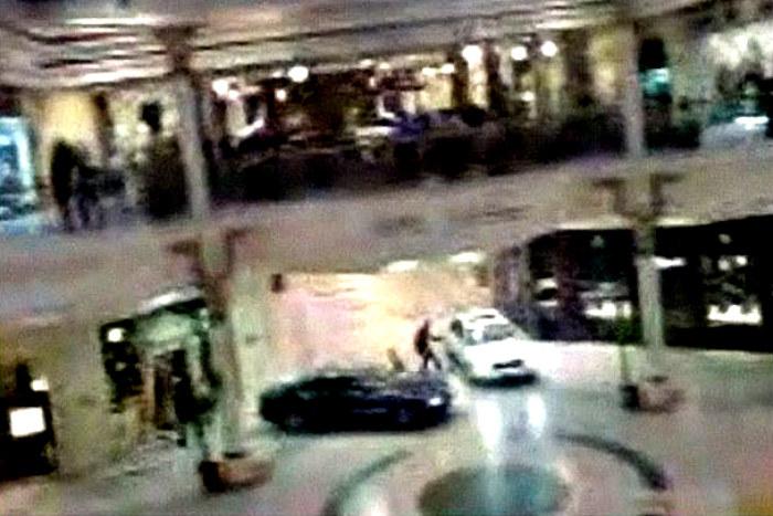 adea55e271f09d Nagranie z kamery przedstawiające skok w Dubaju z wykorzystaniem dwóch Audi  S8 /BBC /YouTube