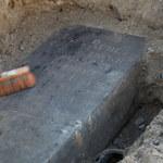 Nagrobek z XlX wieku leżał pod chodnikiem