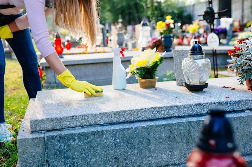 Nagrobki najlepiej myć w ciepłe i słoneczne dni! /123RF/PICSEL