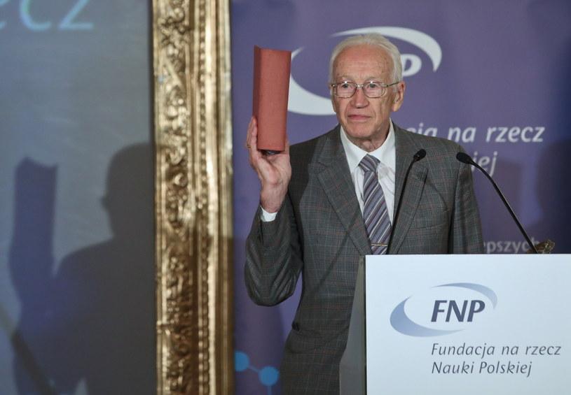 Nagrodzony prof. Iwo Białynicki-Birula podczas gali wręczenia Nagród Fundacji na rzecz Nauki Polskiej /Rafał Guz /PAP