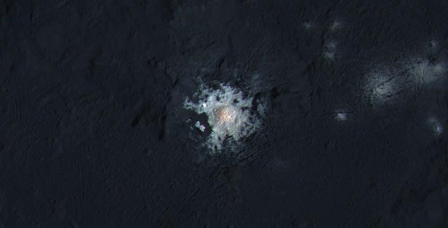 Nagromadzenie węglanu sodu w centrum krateru Occator /NASA/JPL-Caltech/UCLA/MPS/DLR/IDA/PSI/LPI /materiały prasowe