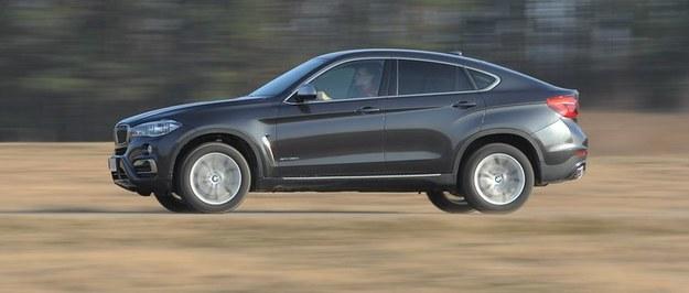 Najbardziej charakterystyczną cechą wyglądu X6 jest mocno opadająca linia dachu. /Motor
