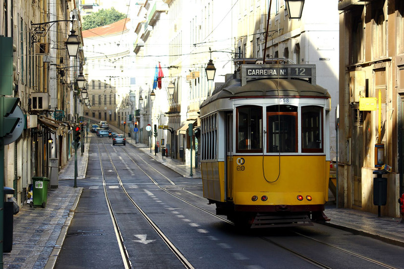 Najbardziej charakterystyczny element lizbońskiego pejzażu – żółte elektryczne tramwaje linii 28 i 15. Jeżdżą od 1905 r. Przejażdżka nimi dostarcza wielu wrażeń /123RF/PICSEL