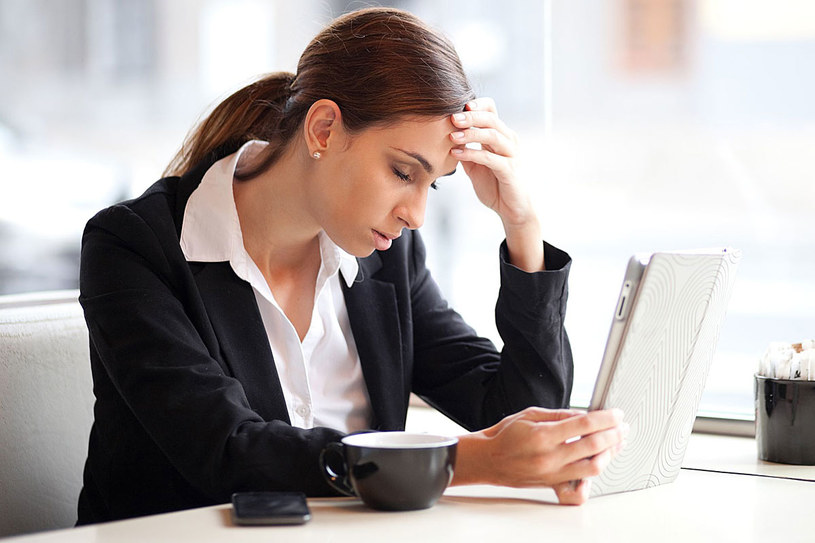 """Najbardziej stresują nas ludzie. Ale my, zamiast ustalić relacje z nimi, uciekamy, izolujemy się. A wystarczy powiedzieć koleżance: """"Nie słuchaj głośno radia w biurze, bo to przeszkadza"""", i źródło stresu znika /123RF/PICSEL"""