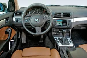 Najbogatsza wersja po liftingu z opcjonalnym pakietem M obejmującym m.in. inną kierownicę. Nawigacja fabryczna wygląda atrakcyjnie, ale tak naprawdę jest mało praktyczna. Przyciski otwierania szyb – na konsoli. /Motor