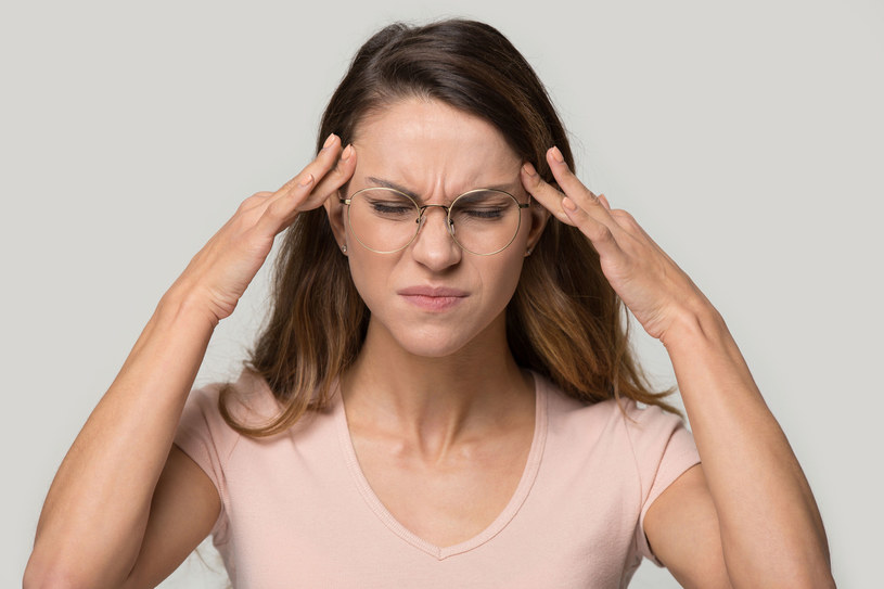 Najczęściej atak migreny zaczyna się od silnego i pulsującego bólu głowy /123RF/PICSEL