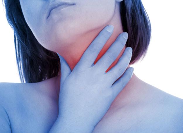 Najczęściej chrypka jest połączona z uczuciem suchości i drapania w gardle /123RF/PICSEL