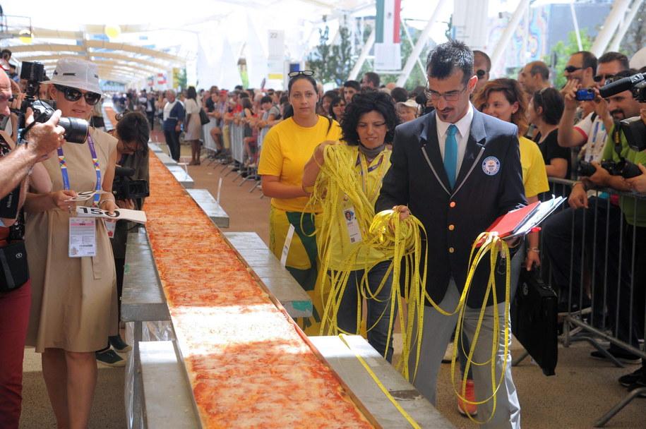 Najdłuższa pizza w Mediolanie /DANIELE MASCOLO /PAP/EPA