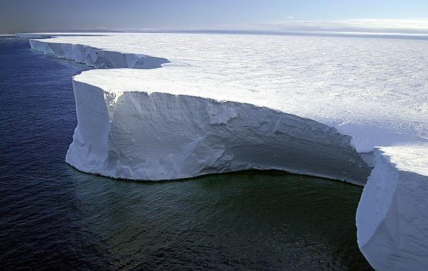 Najdłuższy termometr świata mierzy temperaturę takiego lodowego szelfu /AFP