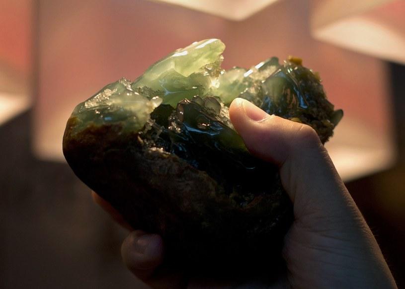 Najdroższy i najbardziej poszukiwany jest jadeit cesarski o głębokim kolorze tzw. butelkowej zieleni /AFP
