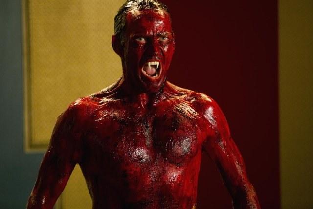 Najdziwniejsza scena? - Ta, w której musiałem zanurzyć się w czerwonej mazi. Wstawałem kompletnie nagi i cały we krwi. Było dziwnie – mówi Stephen Moyer. /HBO