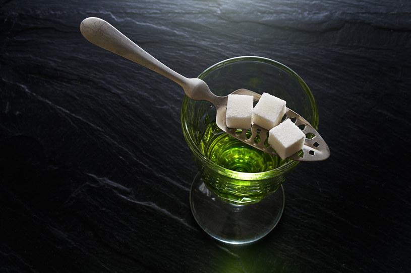 Najefektownieszy sposób podwania absyntu z palonym cukrem /123RF/PICSEL