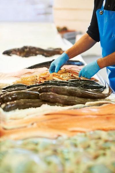 Najłatwiej o pracę w przetwórniach rybnych, ale jest ciężko i stosunkowo kiepsko płacą /123RF/PICSEL