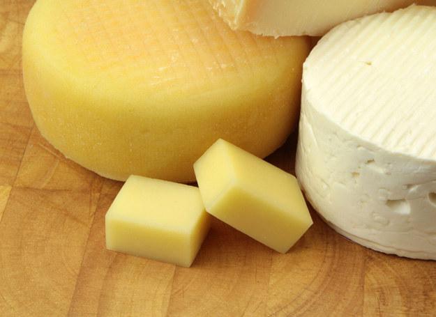 Najlepiej aby w menu pojawiały się rozmaite produkty mleczne - w tym różne sery. /123RF/PICSEL