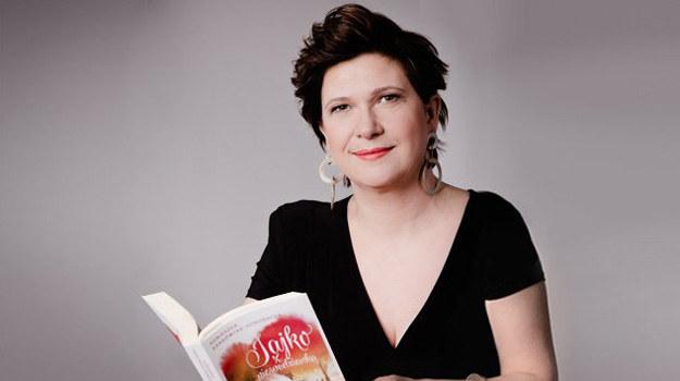 – Najlepiej pisze mi się postacie wyraziste – przyznaje Agnieszka Krakowiak- -Kondracka. – Dobrze też opracowuje mi się dialogi Latoszka, który jest gburowaty, ale serce ma gołębie. /ARTRAMA