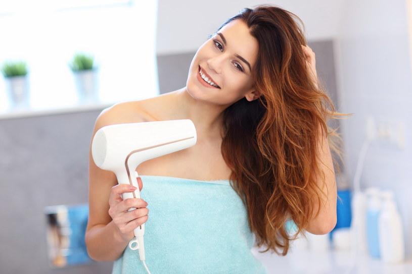 Najlepiej pozwolić włosom wyschnąć samoistnie, przynajmniej w 20-30% lub wysuszyć włosy jedynie u nasady i pozwolić, by końcówki doschły same /Adobe Stock