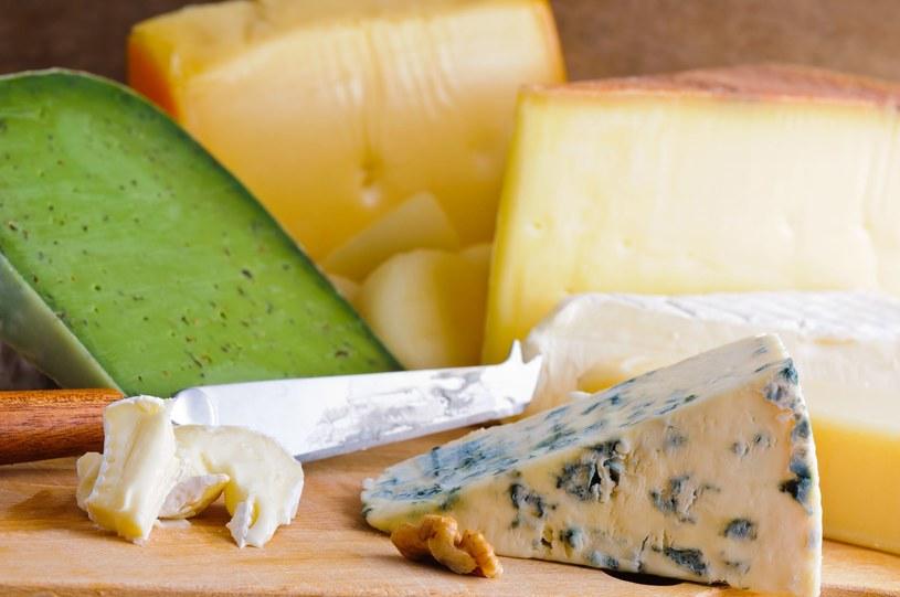 Najlepiej przechowywać gorgonzolę w folii, na niższych półkach lodówki /123RF/PICSEL
