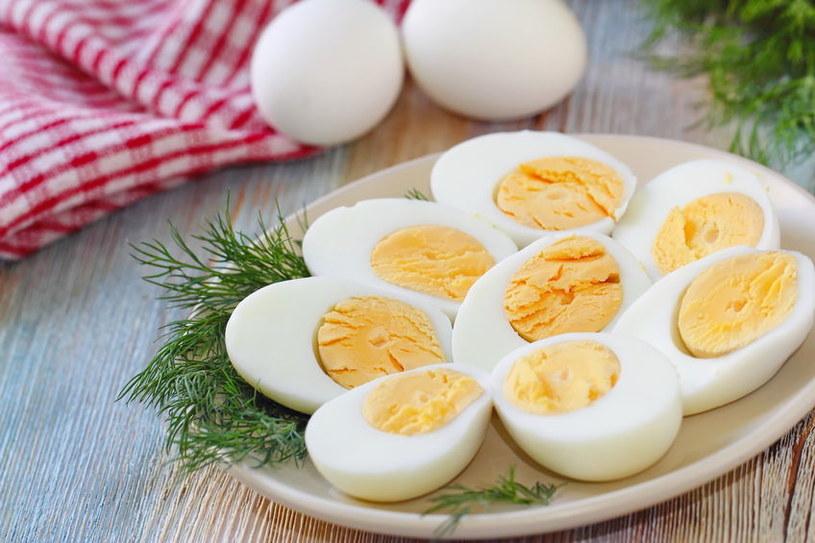 Najlepiej spożywać jajka w towarzystwie warzyw i pełnowartościowych produktów zbożowych /123RF/PICSEL