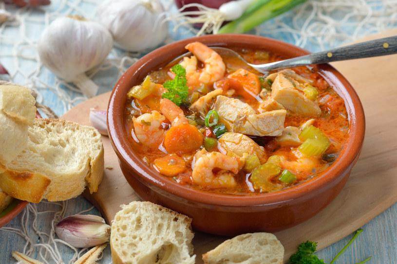 """Najlepiej użyć mięsistych ryb – jak dorsz, łosoś. Krewetki należy obrać ze skorupek (można je dodać do bulionu dla aromatu) i usunąć jelito – to taka czarna """"nitka"""" na grzbiecie /123RF/PICSEL"""