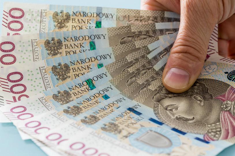 Najlepiej wynagradzaną branżą, z medianą płac powyżej 6000 zł wśród specjalistów, były technologie informatyczne, bankowość i telekomunikacja /123RF/PICSEL