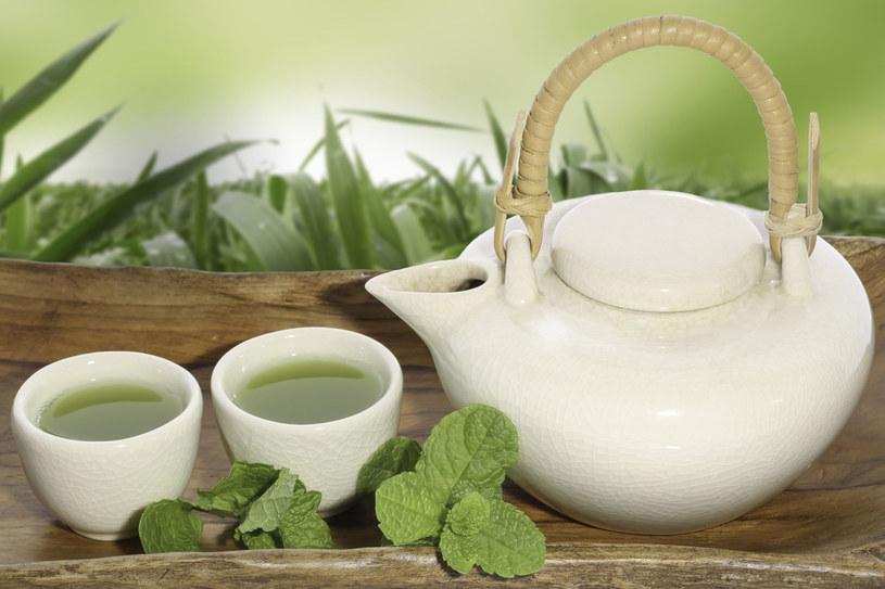 Najlepiej zrobisz, gdy kawę i słodkie napoje zamienisz na zieloną herbatę /123RF/PICSEL