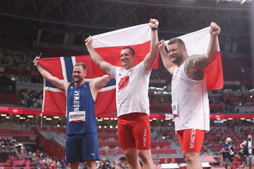 Najlepsi młociarze igrzysk w Tokio. W środku mistrz olimpijski Wojciech Nowicki, z prawej brązowy medalista Paweł Fajdek /PAP