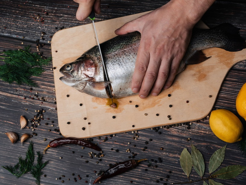Najlepszą formą obróbki termicznej ryb jest gotowanie na parze i pieczenie /123RF/PICSEL