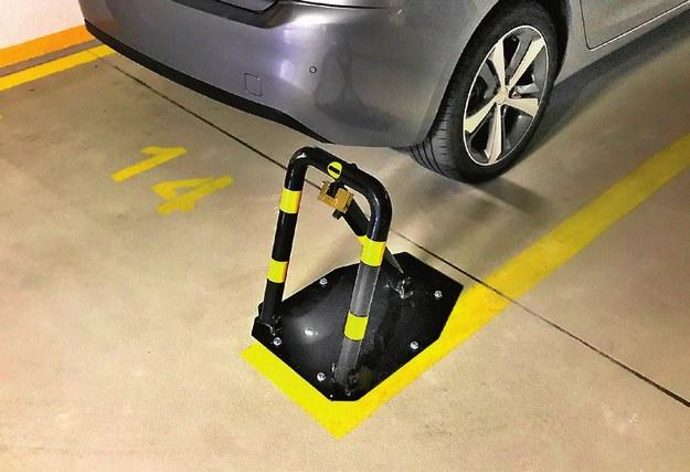 Najlepszą ochroną własnego miejsca postojowego jest instalacja blokady parkingowej. /Motor