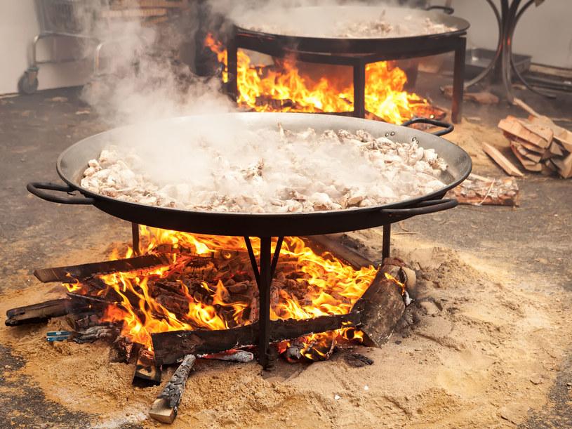 Najlepszą paellę przygotujesz na ogniu /123RF/PICSEL