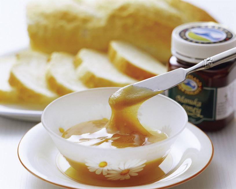 Najlepsze efekty daje, gdy jemy 2-3 łyżeczki miodu rano na czczo lub po 1 łyżeczce, 2-3 razy dziennie, pół godziny przed posiłkiem /123RF/PICSEL
