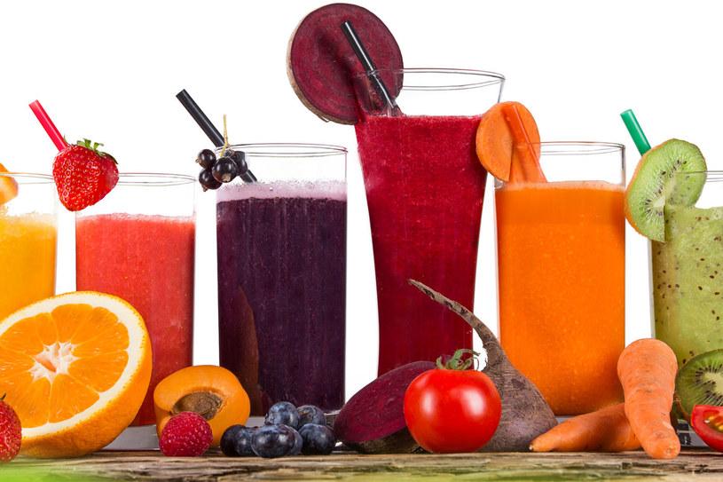 Najlepsze są soki świeże, tłoczone lub wyciskane, oraz koktajle z całych owoców i warzyw z miąższem /123RF/PICSEL