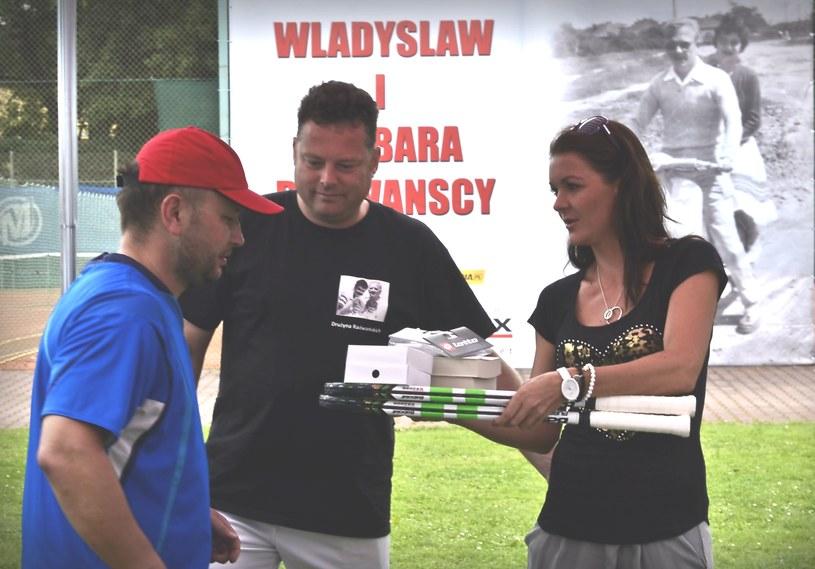 Najlepszy debel w kategorii VIP - Hendrik Boetteher (w środku) i Tomasz Kaliski - otrzymuje nagrody z rąk Agnieszki Radwańskiej /Barbara Pajchert /INTERIA.PL