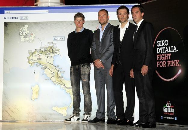 Najlepszy kolarz świata Alberto Contador (z prawej) podczas prezentacji trasy TdF 2012 /AFP