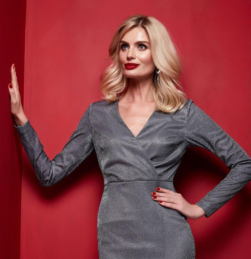Najlepszym wyborem na święta będzie klasyczna, prosta sukienka z długim rękawem /123RF/PICSEL