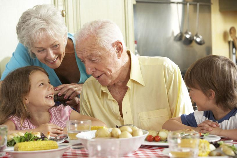 Najmłodsze i najstarsze pokolenie w rodzinie może też wspólnie przygotować zdrową przekąskę dla rodziców /123RF/PICSEL
