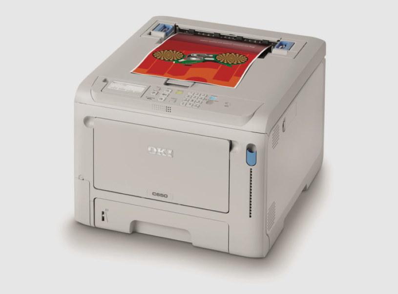 """""""Najmniejsza na świecie wysokowydajna kolorowa drukarka A4"""" – w oparciu o badania firmy OKI przeprowadzone we wrześniu 2020 r., obejmujące urządzenia o porównywalnej wydajności.  Model C650 jest jednak mniejszy nawet od urządzeń o szybkości mniejszej niż 25 str./min /materiały prasowe"""