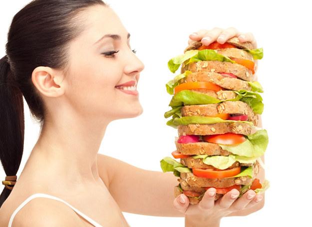 Najnowsze badania wykazały, że już po tygodniu zjadania porcji dwa i pół razu większych, niż wynosi zapotrzebowanie kaloryczne, w organizmie człowieka zaczyna się rozwijać cukrzyca /123RF/PICSEL