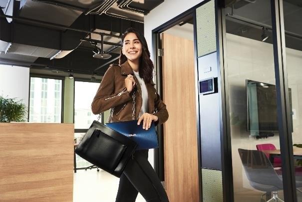 Najnowsze modele laptopów są ultralekkie i mieszczą się nawet w damskiej torebce / materiały prasowe /materiały prasowe