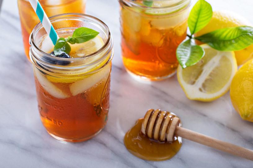 Najpierw zaparz herbatę, później dołóż cytrynę /123RF/PICSEL