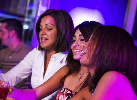 """Najpopularniejsze są """"wędrówki"""" po klubach. Często w okolicznościowych koszulkach /ThetaXstock"""