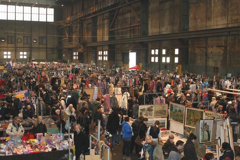 Najpopularniejszymi miejscami zakupu podróbek są internet i targowiska /Inge Hogenbijl   /123RF/PICSEL
