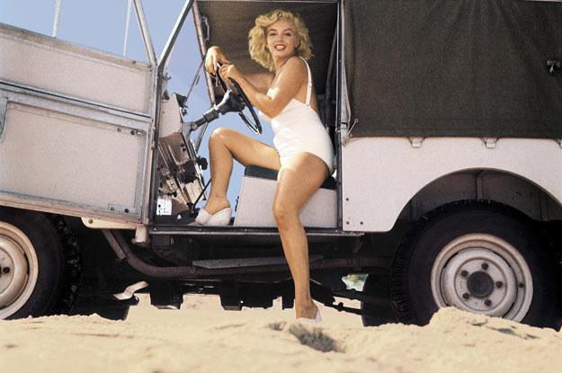 Najsłynniejsza blondynka świata  w land roverze /