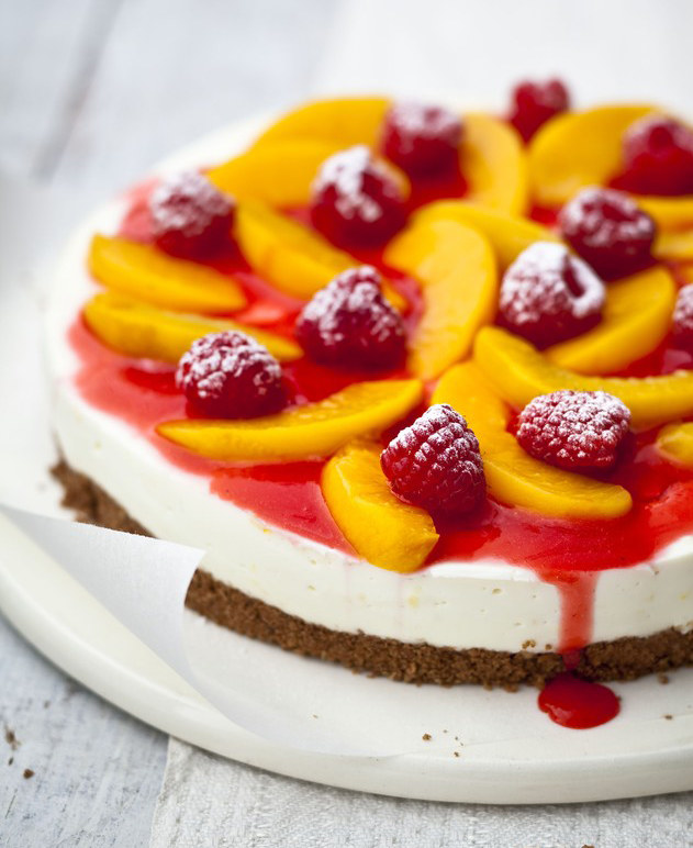 Najsłynniejszy deser świata Peche Melba to brzoskwinie polane syropem waniliowym, ułożone na poduszce z lodów waniliowych i przykryte purée z malin. Oryginalnie podawane na skrzydłach łabędzia wyciętego w lodzie /East News