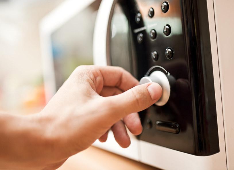 Najszybsza metoda suszenia ubrań – kuchenka mikrofalowa /123RF/PICSEL